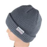 灰色は暖かい編まれたラベルの帽子の帽子を編んだ