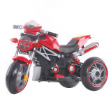 Conduite à piles de gosses sur le jouet de moto