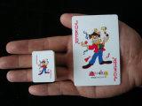 Face de sourire annonçant de mini cartes de jeu de papier pour la promotion