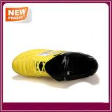 黄色いカラー屋外のフットボールはサッカーの靴を起動する