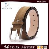 本革デザイナーは金属のバックルの上の穀物の革靴の人ベルトにベルトを付ける