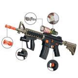 男の子はもてあそぶ水弾丸(H0221019)が付いている銃の電池式銃を
