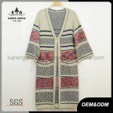 編まれた女性の長いカーディガンのセーター