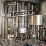 Suco fresco quente enchendo a linha de produção da fábrica de engarrafamento do sumo
