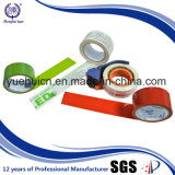 La insignia clara del color de fondo rojo crea la cinta para requisitos particulares