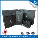 Sacchetto di acquisto di carta laminato colore nero con il marchio d'argento