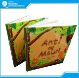 두꺼운 표지의 책과 종이표지 책 아동 도서 인쇄