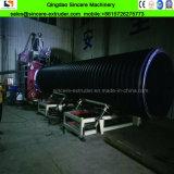 Os tubos de polietileno com perfil fazendo a máquina