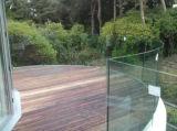薄板にされたガラスの柵