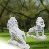 una escultura del mármol del león con una placa, estatua animal