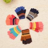 方法は安い昇進の編まれた冬によって縞で飾られる手袋をからかう