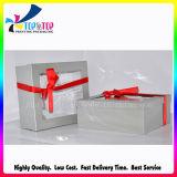 El papel de plata Caja de regalo con cinta de opciones como nudo de arco
