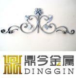 錬鉄は塀の装飾を飾る
