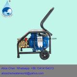 Lavagem de carro com a bomba de água do carro e a bomba de pistão de alta pressão da água