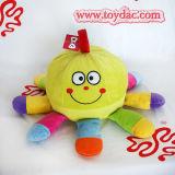 プラシ天によって詰められる赤ん坊のおもちゃ