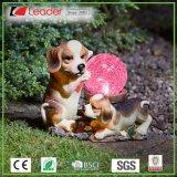 Het Met de hand geschilderde Leuke Standbeeld van uitstekende kwaliteit van de Hond Polyresin met het ZonneLicht van de Bal van Ritselen, maakt tot Uw Eigen Tuin ZonneLicht