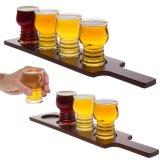 Conjunto de la prueba de la cerveza. Vuelo de la cerveza. 4 vidrios de cerveza en una bandeja de madera
