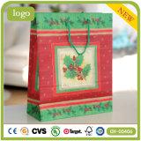 Necessidades diárias das folhas do verde do feriado que vestem os sacos de papel do presente