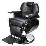 Idraulico si adagia la presidenza dello sciampo della STAZIONE TERMALE di bellezza del salone della presidenza di barbiere