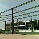 Helle Stahlkonstruktion-Werkstatt mit Geländer-Wand