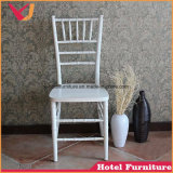 柔らかいクッションが付いている金の結婚式のTiffany Chiavariの椅子のスタック