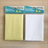 Tarjetas llanas de papel con los sobres para la promoción