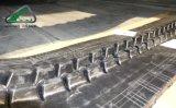 A máquina escavadora segue as trilhas de borracha (320*54)