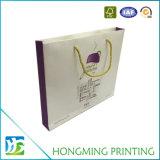 La insignia de lujo imprimió las bolsas de papel del regalo con la maneta de la cuerda