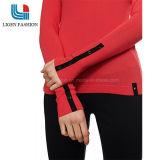 袖口のボタンが付いている流行の先端を行く女性の編まれたセーター
