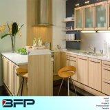 Выполненная на заказ бежевая мебель кухни цвета HPL с шкафами стеклянной стены BMK-66