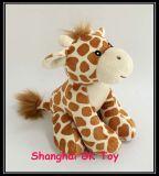 장난감 견면 벨벳 지라프가 아기 장난감에 의하여 농담을 한다