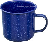 点を打たれた装飾のエナメルのコーヒー・マグまたはコップとのスカイブルーカラー