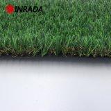인공적인 잔디를 정원사 노릇을 하는 훈장 합성 물질