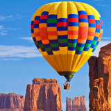 Weißer und blauer Heißluft-Ballon, der für gehen besichtigenfliegen-Konkurrenz-Hochzeits-Reise ist