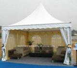 Quarto de descanso permanente que janta a barraca decorada com cortinas
