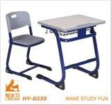 나무로 되는 아이들 의자와 학생 테이블 또는 연구 결과 가구