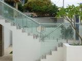 Frameless curvó la barandilla de cristal del balcón de la cerca de la piscina del pasamano