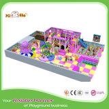 Cour de jeu de place d'enfants avec de divers approvisionnements d'amusement