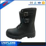O trabalho dos calçados da segurança carreg as sapatas Ufa068