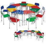아이들 나무로 되는 책상을%s 아이들 가구와 플라스틱 의자