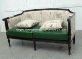 Sofà antico della mobilia della presidenza nella barra di caffè