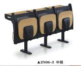 Secretária de qualidade e conjunto de cadeiras na Universidade