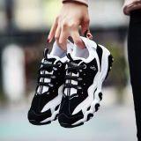 在庫は女性のためのスポーツの靴に蹄鉄を打つ