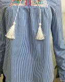 カスタム衣料メーカーは青い縞の刺繍の長い袖のブラウスの女性の着せを卸し売りする