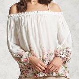 La gasa atractiva de las mujeres de la manera imprimió de la blusa del resbalón del hombro