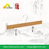 Cabides de fundo de bambu com barra de metal e clipes