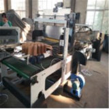 Il manuale che alimenta il cartone della piccola casella monta la fabbricazione della macchina