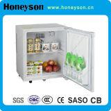 Mini frigorifero della barra dell'hotel con la serratura ed il tasto