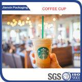 Rimuovere la tazza di caffè di plastica ghiacciata con il coperchio