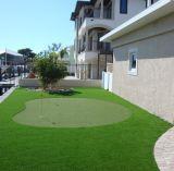 L'erba artificiale mette in mostra il tappeto erboso artificiale del prato inglese sintetico
